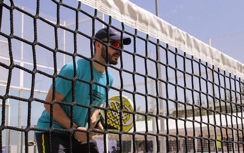 La importancia del uso de gafas deportivas en la práctica del pádel y otros deportes de raqueta.