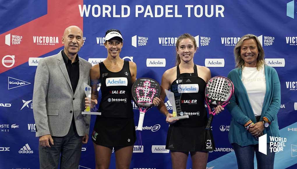 Marta Marrero y Marta Ortega recogiendo el trofeo por ganar el Córdoba Open