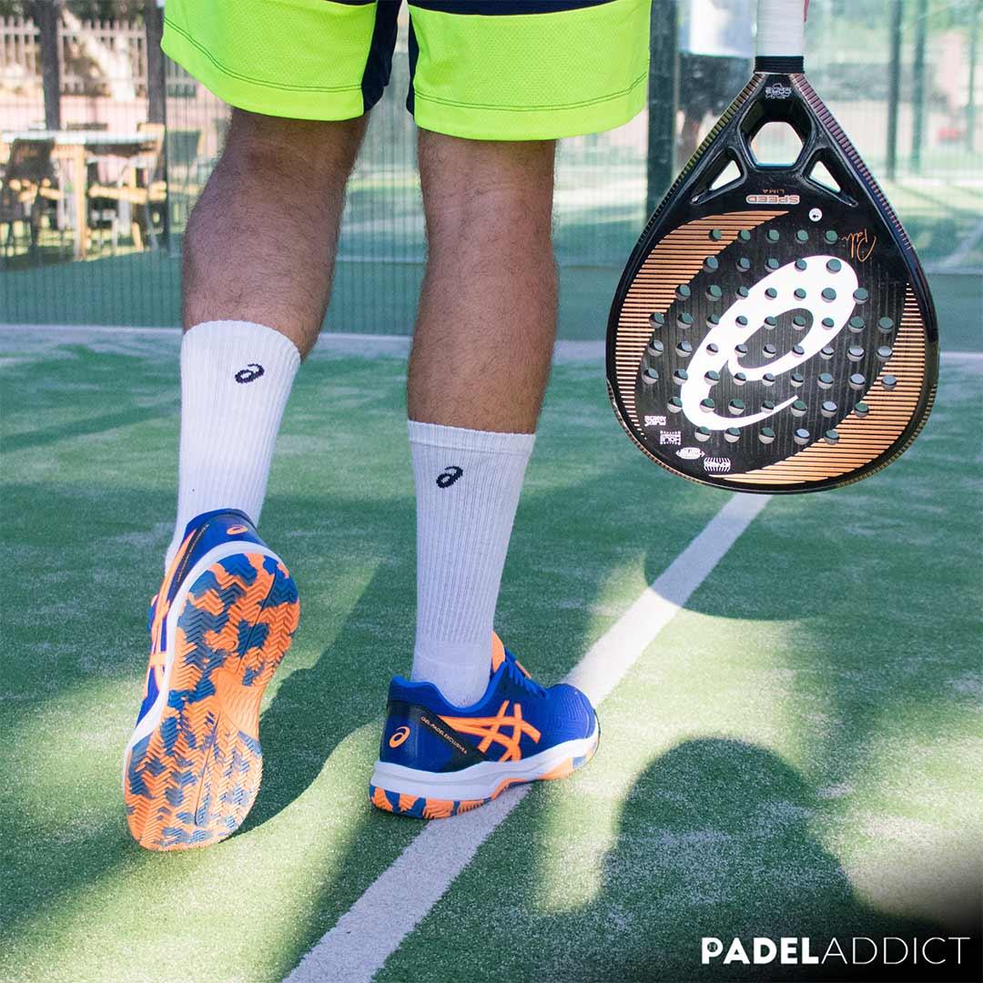 Las Gel Padel Exclusive 6 tienen un diseño muy eléctrico con el azul y el naranja